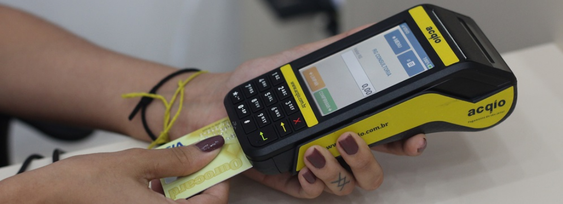 Banco do Brasil e Itaú oferecem nova opção de parcelar no cartão de débito
